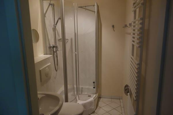 Badezimmer mit Dusche Wohnung 3