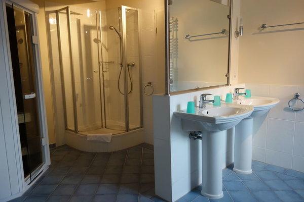 Badezimmer 2 mit Badewanne, Dusche und Sauna