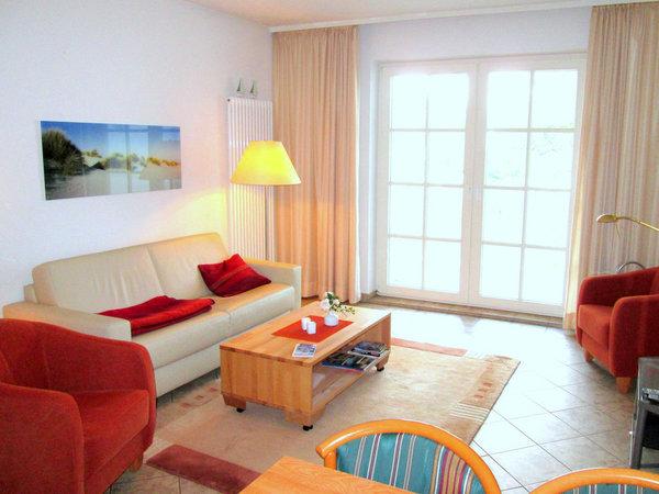 Wohnraum mit Balkon zur Ostsee - mit ausziehbarem Schlafsofa Richtung TV