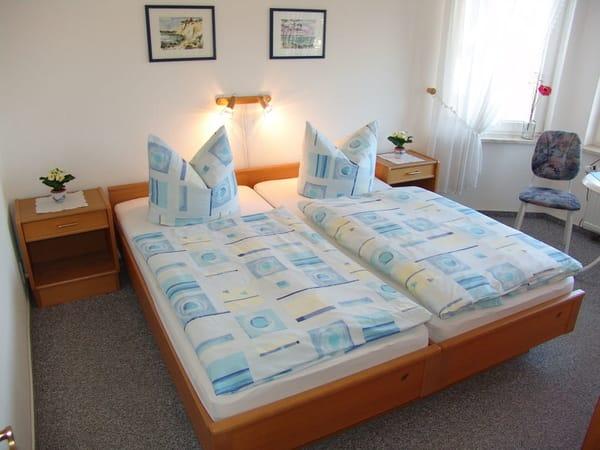 Großes Schlafzimmer  Wohnung 2. Das kleine Schlafzimmer  hat nur ein Bett.