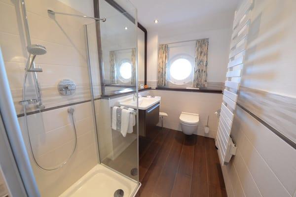 hochwertiges Bad mit Glasdusche und Fussbodenheizung