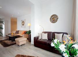Die Couch in der verglasten Loggia bietet bei Bedarf  Schlafplatz für 1 bis 2 Personen.