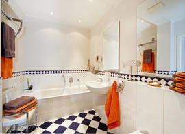 Im schicken Bad gibt es Badewanne, WC ...
