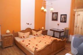 Schlafzimmer 2 mit einem Doppelbett und TV