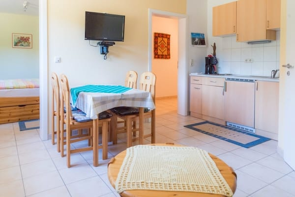 Wohnzimmer mit LCD TV und Küche