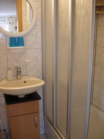 Waschbecken mit Duschkabine