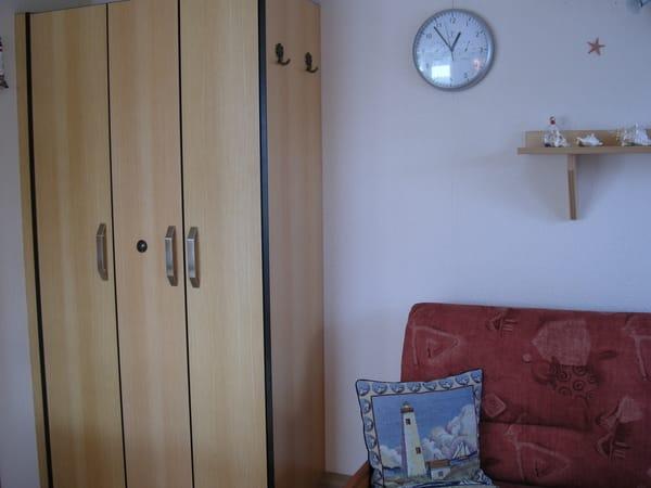 Kleiderschrank im Wohnbereich