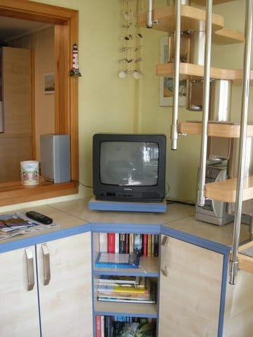 Fernsehschrank und Treppe