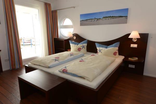 Blick ins eins der gemütlichen Schlafzimmer, alle Betten haben ein Maß von 0,90 x 2,00 m