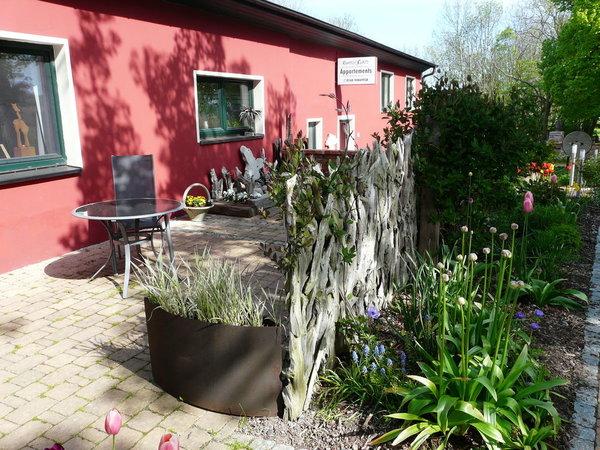 Große Terrasse mit Bestuhlung, Sonnenschirm, gemauertem Grill und Feuerschale