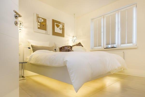 """Schlafzimmer 1 mit """"schwebenden Bett"""" 180x200 in Komforthöhe, Spiegelschrank und LED-TV"""