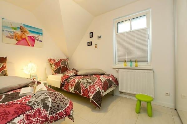 Schlafzimmer 2 mit 2 Einzelbetten 90x200 in Komforthöhe und LCD-TV mit DVD