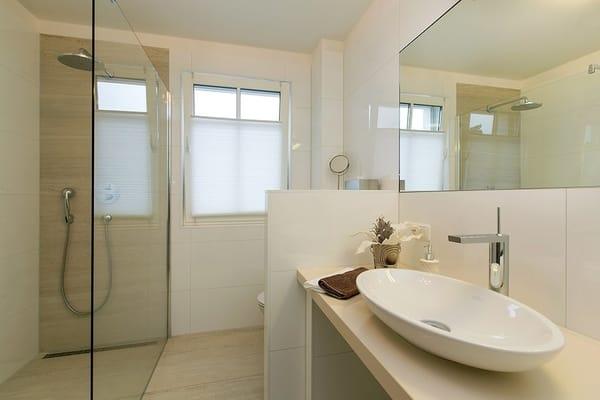 Bad mit großzügigem Waschtisch, ebenerdiger Dusche 90x130 mit RainShower, Fußbodenheizung, Waschmaschine (3 kg), Handtuchheizkörper, Föhn, Wandradio