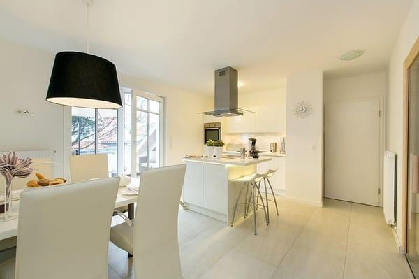 Küche mit Kochinsel und Wandradio