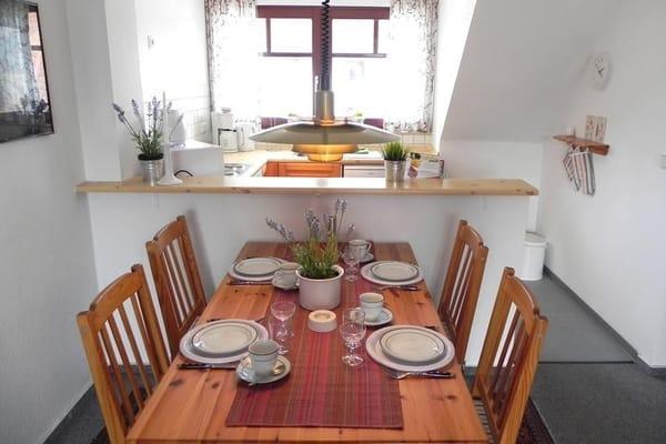 Esstisch und Blick auf die offene Küchenzeile