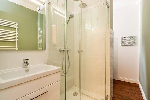 Hier ein Blick in das schicke Duschbad.
