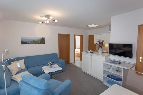 Wohnzimmer, Blick auf die Küche.