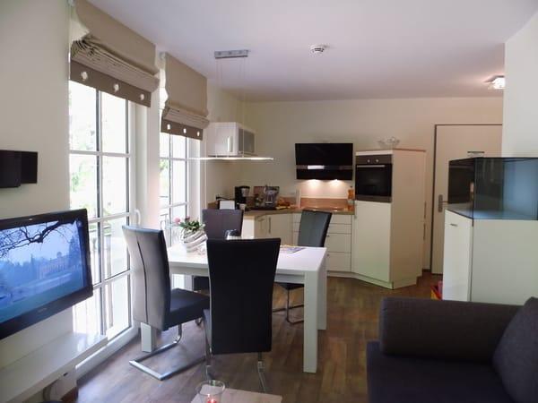 Blick zur Küche mit Esstisch in der Nähe
