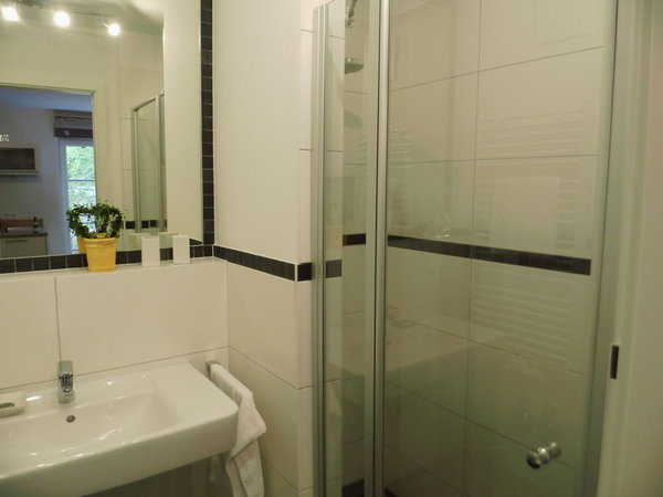 Das Bad mit moderner Dusche (ebenerdiger Einstieg)