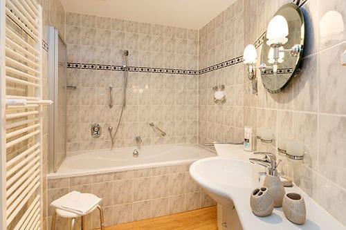 Hier der Blick in das Bad mit Wanne mit integrierter Dusche. Das WC ist separat.