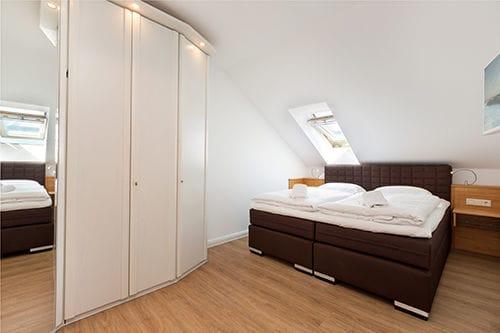 Beide Schlafzimmer sind mit hochwertigen Boxspringbetten (jeweils als Doppelbett) ausgestattet ...