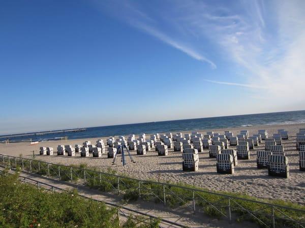 ...schöner breiter Strandabschnitt, dort steht Ihr Strandkorb(von April- September)...