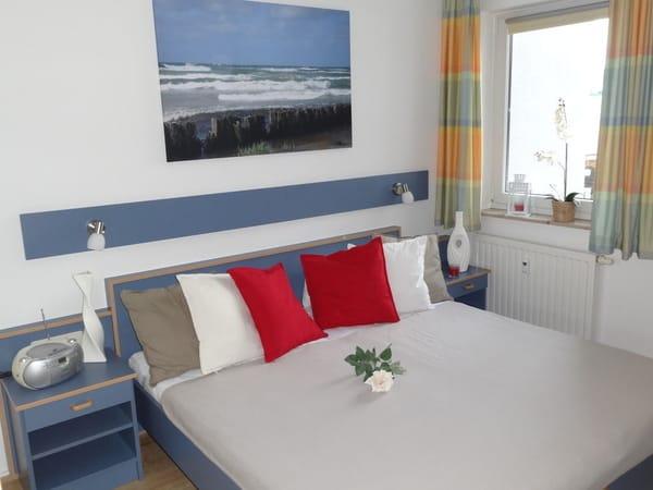 gemütliches Schlafzimmer mit Doppelbett, Kleiderschrank und 2. LCD-Fernseher