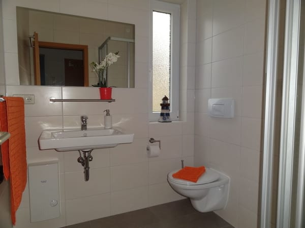 Neues Bad mit Fenster, Dusche mit niedrigen Einstieg, Föhn