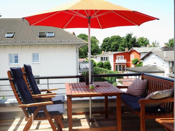 Schöne Sonnenterrasse mit hochwertigen Möbeln