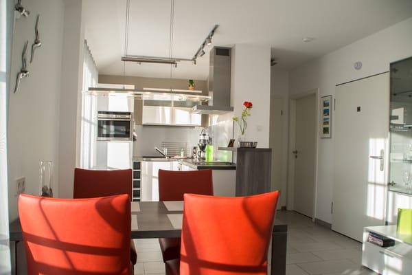 Praktisch: Esstisch direkt neben dem Küchenbereich