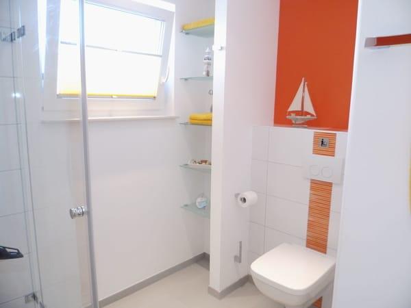 Modernes Bad mit Fenster