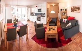Wohnraum mit kopl. Küchenzeile und Esstisch