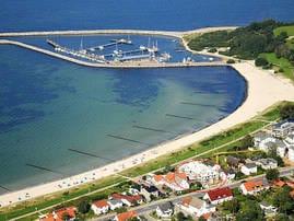 Luftbild mit Strand, Promenade und Hafen