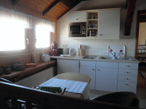 Küche mit Kühlschrank, Microwelle, Kaffeemaschine, Wasserkocher usw.