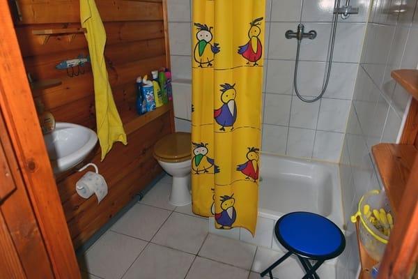 Bad (Waschbecken, Dusche, WC)