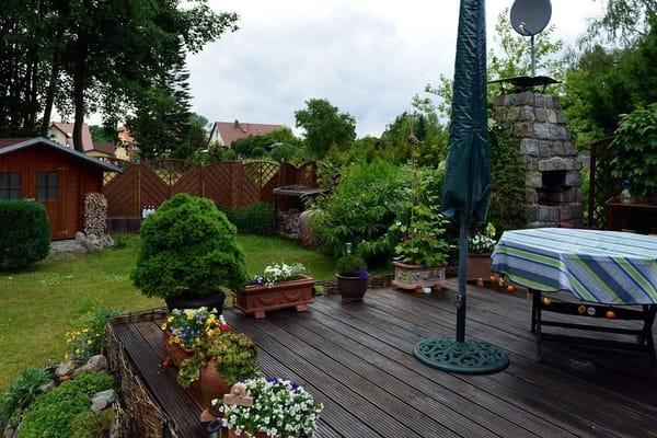 Von der Terrasse Blick zum Gerätehäuschen