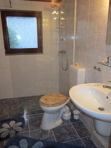 Bad mit großzügiger und ebenerdiger Dusche