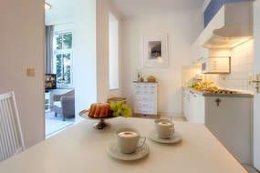 Der kombinierte Wohn- und Essbereich ist in warmen Farben gehalten. Die exklusive Küchenzeile ist mit allem bestückt, was Sie für die Zubereitung Ihrer Lieblingsspeisen benötigen.