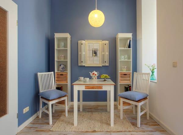 An dem separaten Esstisch können Sie die kulinarischen Speisen im passenden Ambiente genießen.
