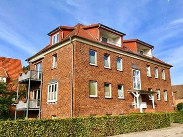 Bild: Haus Auguste mit PKW-Stellplatz auf dem Grundstück, 3-Zimmer-Ferienwohnung (Wohnung Kormoran)