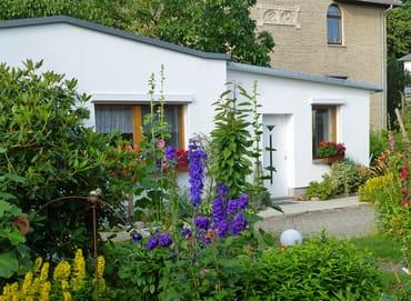 Bild: Ferienhäuschen im Garten mit WLAN
