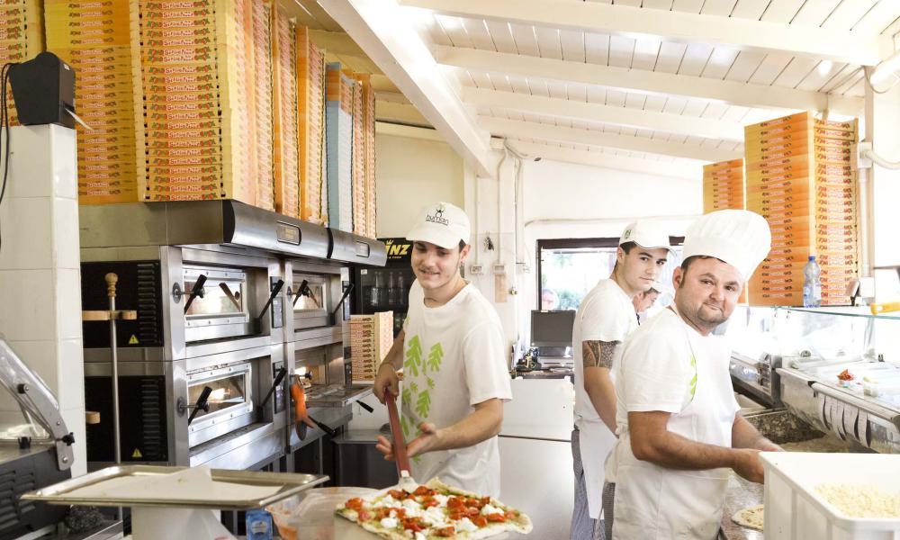 Pizzeria d'asporto, insalate e pranzi veloci al villaggio