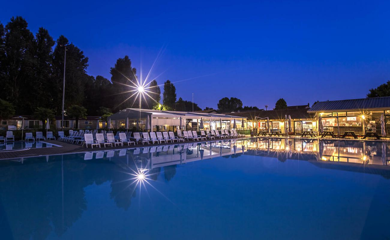 Piscina di sera al Jolly Camping in Town