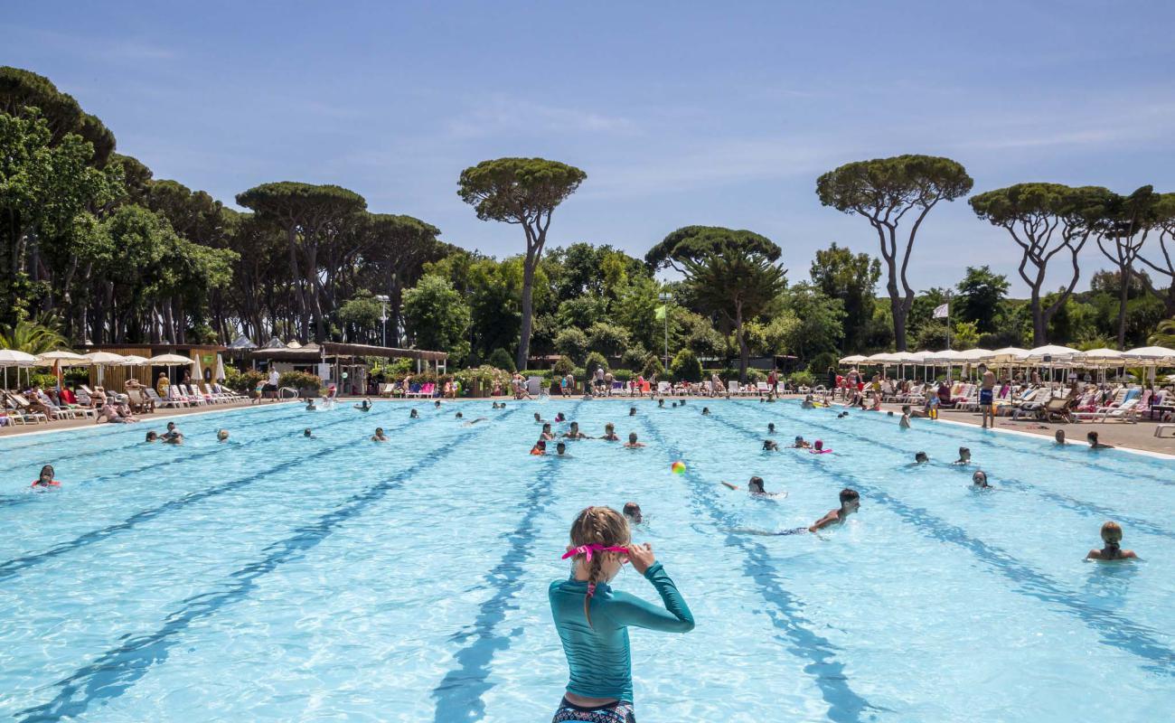 Bambina in piscina olimpionica Park Albatros Village