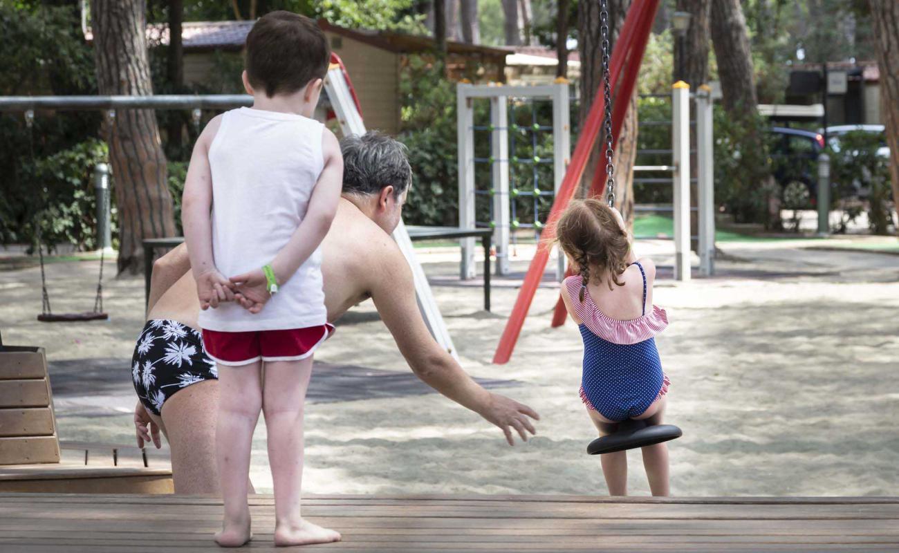 Famiglia in area giochi al Park Albatros Village