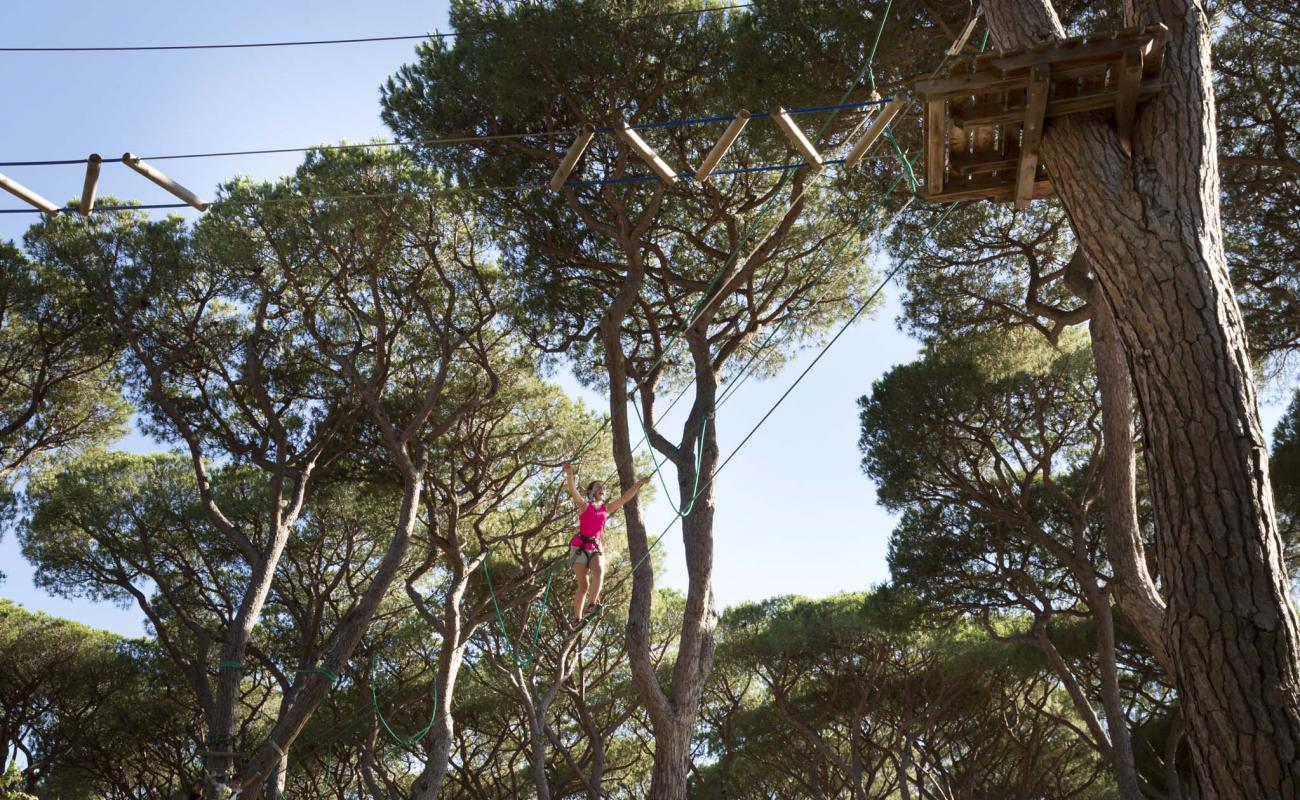 Parco avventura sospesa tra gli alberi della pineta San Vincenzo Toscana