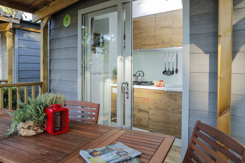 Veranda della casa mobile Eden con vista sulla cucina attrezzata