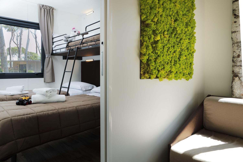 Camera con letti singoli e divano