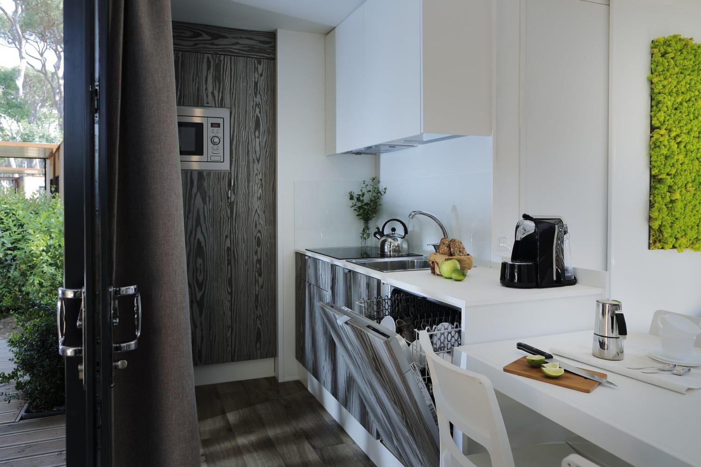 Cucina attrezzata con lavastoviglie in casa mobile