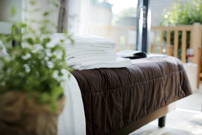 Camera matrimoniale con asciugamani e biancheria